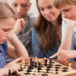 Niños jugando ajedrez 11681268_m